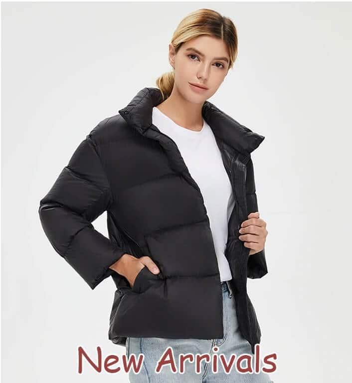 mujer con chaquetas de pluma china